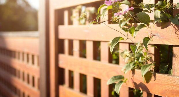 Ein Holzzaun passt in jede Art von Garten.