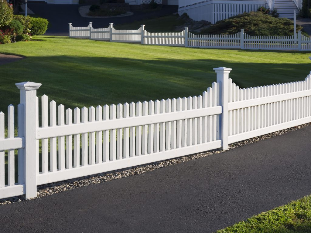 Zaun im Kolonialstil: Edel, weiß, repräsentativ. (#05)