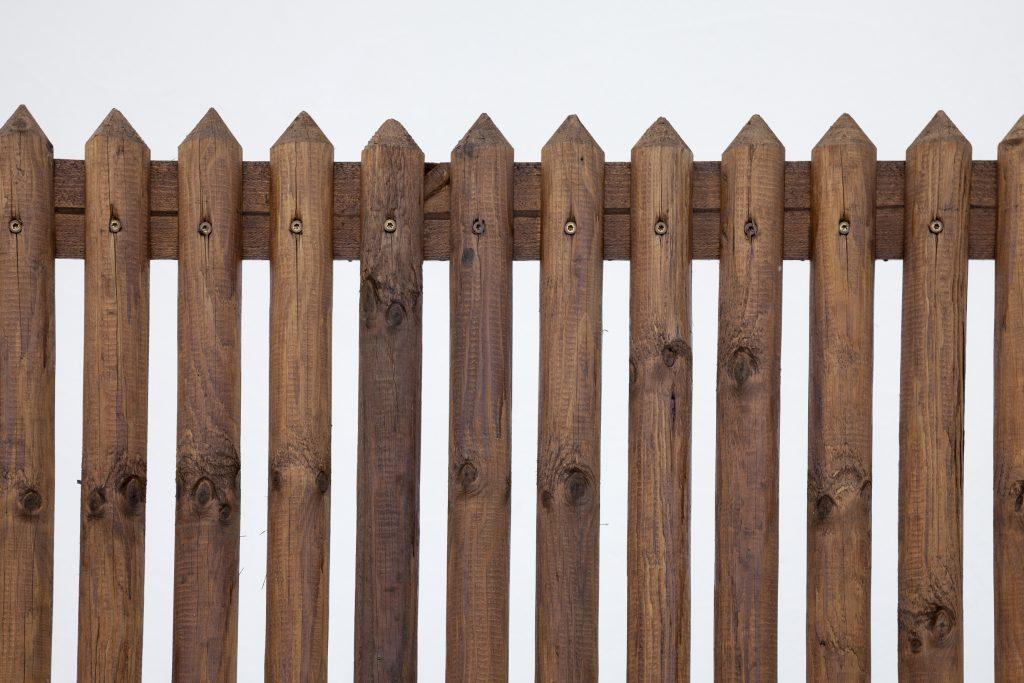 Holzzaun aus Halbrundholz: Einfach, schlicht und Jahre lang ein Hingucker. (#06)