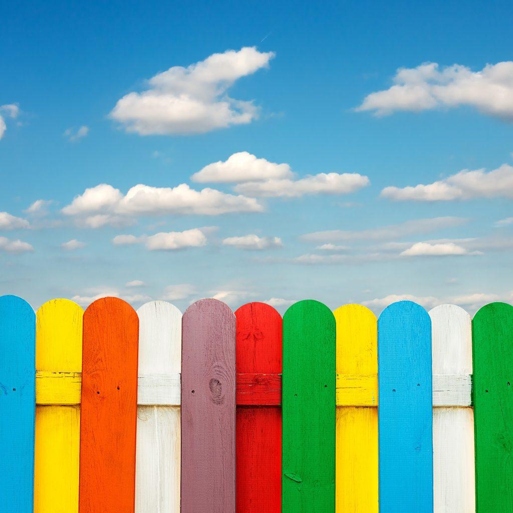 Bunter Holzzaun: Wohnen wie Pipi Langstrumpf? Bunter gehts fast nicht mehr. Mit diese Zaun fällt man definitiv auf. (#08)