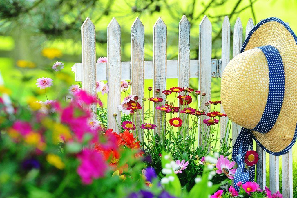 Weißer Zaun - absichtlich nicht ganz deckend gestrichen. Mit den Farbschattierungen, die daraus entstehen, passt er sich wunderbar in einen kunterbunten Garten ein. (#03)