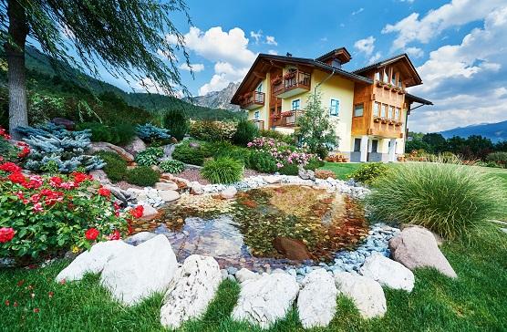 So verrückt es klingen mag: Wasserstellen, wie ein kleiner Teich, Springbrunnen oder Bach machen Gärten größer.