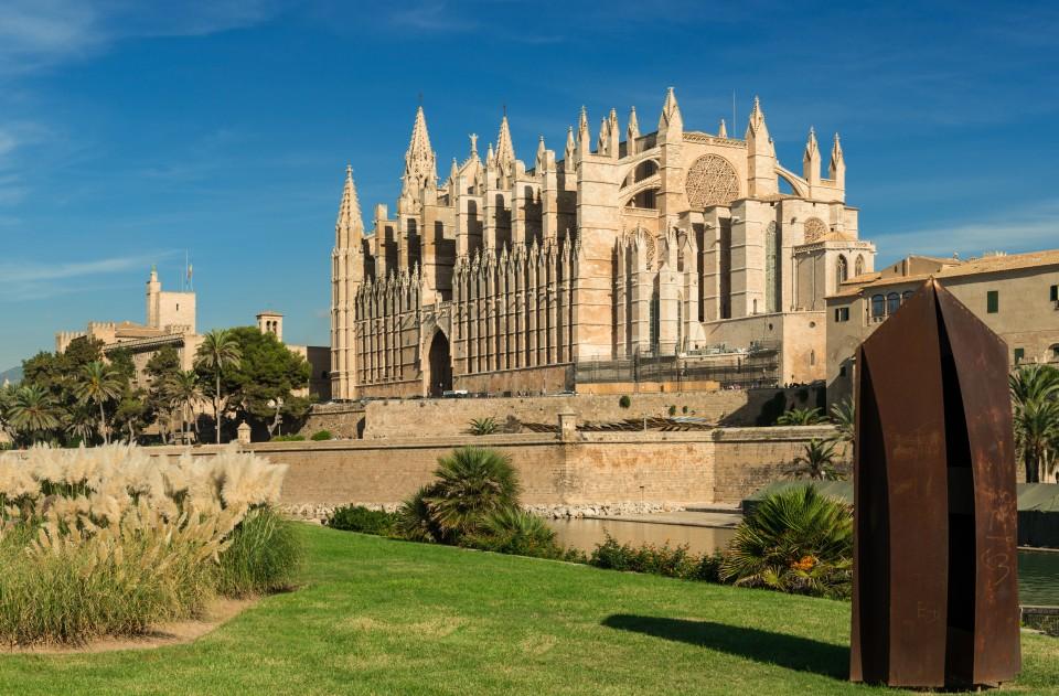 """Ziergras ist in vielen europäischen Gärten gerne gesehen. Ziergräser gehören in weiten Teilen Europas zur Tradition, wie hier im Garten an der Kathedrale """"La Seu"""" in Palma de Mallorca. Hier finden die Ziergräser auch ihr """"Wohlfühlklima"""". (#2)"""