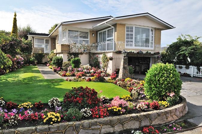 Wer sich dafür entscheidet, einen Kredit für die Gartengestaltung aufzunehmen, muss sich gewiss darüber sein, dass ein Kredit immer auch eine Rückzahlung erfordert. Auch wenn die Zinsen aktuell vergleichsweise niedrig sind, zahlen Kreditnehmer immer eine höhere Summe zurück, als sie aufgenommen haben. (#05)