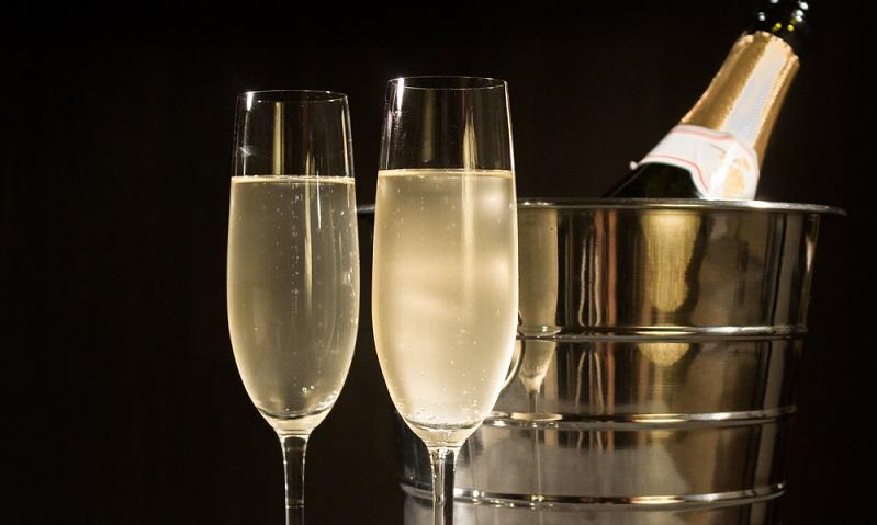 Frankreich ist das Mutterland des Champagners und das sollte nicht vergessen werden, wenn man zum Einkaufen nach Frankreich fährt. Der edle Schaumwein passt zu nahezu allen Gerichten und rundet diese auf edle Weise ab. (#03)