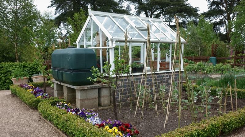 Der Schutz vor Regen, Wind und Sturm hilft den Pflanzen dabei, weiter zu gedeihen oder sicher zu überwintern. (#02)