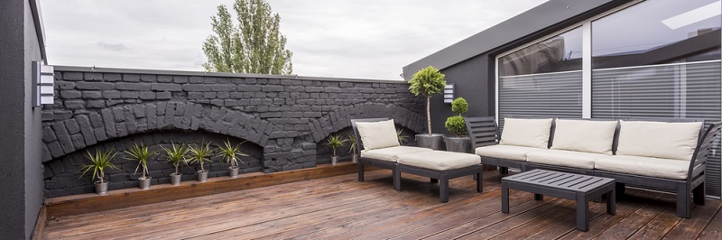 Im Wohnzimmer lassen Sie abends die Rollläden herunter, wenn Sie von draußen nicht gesehen werden wollen. Und auf der Terrasse oder im Garten? (#04)