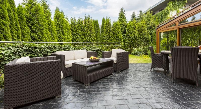 Neuerdings ist auf der Terrasse erkennbar, dass der Garten zum Wohnraum wird. (#01)