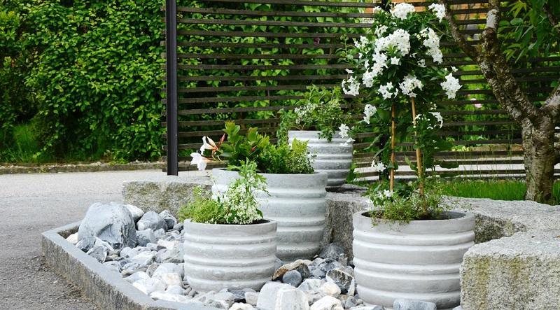 Obwohl die Materialeigenschaften sehr vorteilhaft sind, stehen viele Garten-Liebhaber Blumenkübeln aus Kunststoff äußerst kritisch gegenüber. (#04)