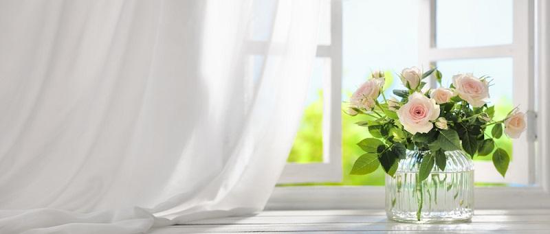 Klassische Dekoraktionen bestehen aus dem Strauß Rosen, den der liebende Ehegatte seiner Frau mitgebracht hat und der dekorativ aufgestellt wird.