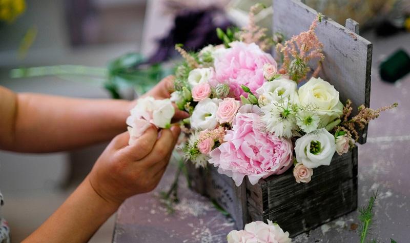 Holz und Blumen harmonieren hervorragend miteinander und können sehr gut als Tischdeko eingesetzt werden.