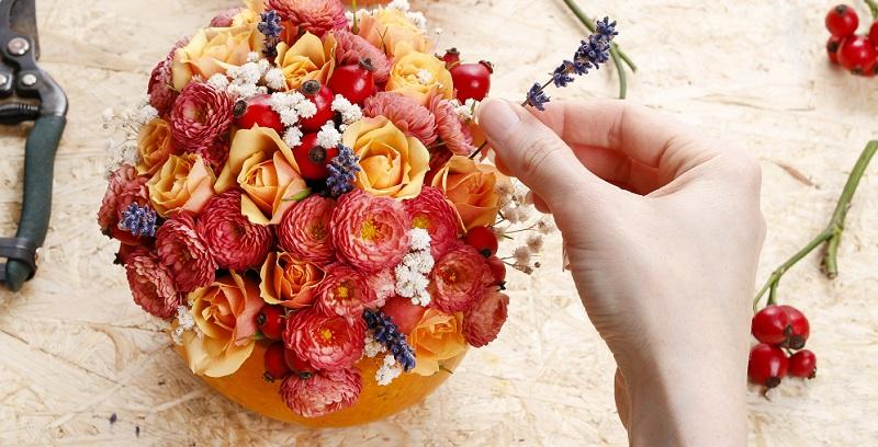 Blumen verleihen einem Raum ein besonders Flair und werden daher sehr gerne als Tischdeko genutzt.