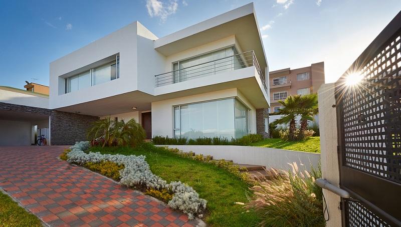 Wer einen Garten am Hang besitzt, kann die natürliche Geländeform direkt in die Gartengestaltung einbeziehen.