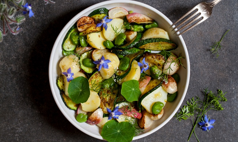 Kapuzinerkresse findet in der Küche vielseitige Verwendung. Wichtig ist allerdings, dass nur die Blüten und die jungen Blätter geerntet werden.