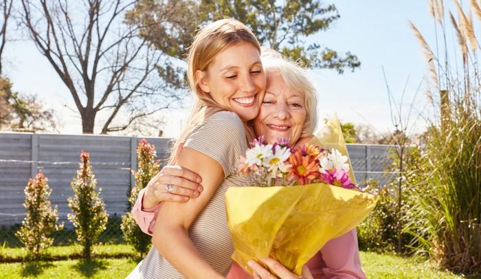 Schöne Blumen zu schenken macht zweimal Freude: beim Beschenkten und beim Schenkenden, wenn er dessen Freude sieht (Foto: shutterstock - shutterstock - Robert Kneschke)