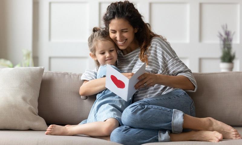 Liebeserklärung für die Mama ( Foto: Shutterstock-fizkes)