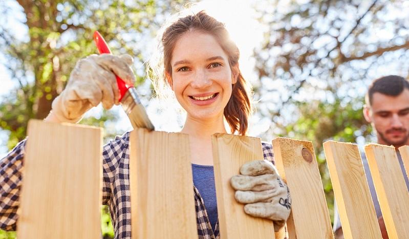 Wer ein Gartenhaus oder einen Zaun aus Holz hat, muss auch hier feststellen, dass diese über den Winter gelitten haben. ( Foto: Shutterstock-_Robert Kneschke )