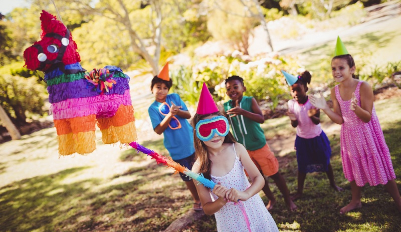 Wenn die Erwachsenen eine schöne Gartenparty feiern wollen, müssen die Kinder in der Zeit versorgt sein. ( Foto: Shutterstock-wavebreakmedia )