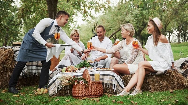 Es ist daher ratsam, einen Caterer mit der Speisenlieferung zu beauftragen und diesen einen oder zwei Helfer mitbringen zu lassen, die den Abend über die Bewirtung der Gäste übernehmen. (Foto: Shutterstock-Standret )