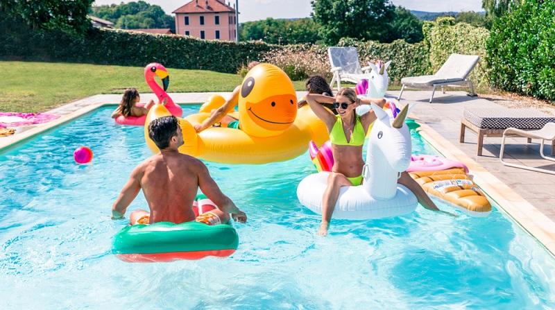 Ein großer Pool mag sicherlich sehr anziehend sein (bitte auf der Einladung unbedingt die mitzubringende Badekleidung vermerken! (Foto: Shutterstock- oneinchpunch)