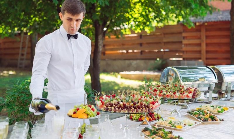 Eine Gartenparty lebt nicht nur von den Unterhaltungen mit den Gästen. Auch die Speisen müssen sorgfältig ausgewählt werden und sollten bestenfalls alle Geschmäcker bedienen. ( Foto: Shutterstock- David Tadevosian  )