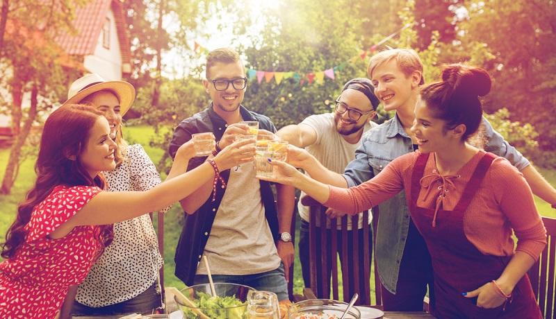 Gastgeber können nicht einfach zur Gartenparty einladen, ohne eine gute Idee zu haben, wie diese Party begangen werden könnte. (Foto: Shutterstock-Syda Productions)