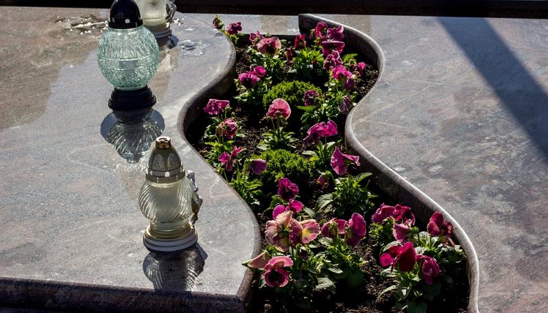 Die Grabgestaltung richtet sich nach der Jahreszeit. Im Frühjahr ist die Bepflanzung anders als im Herbst. ( Foto: Shutterstock- jasminajakopanec )