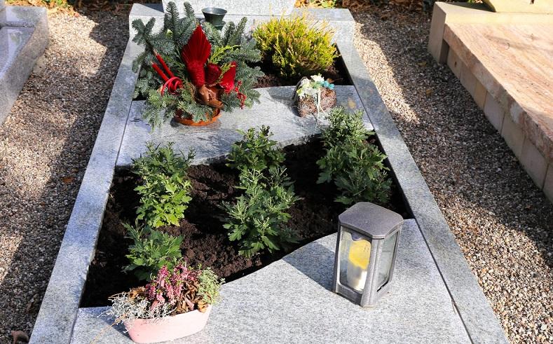 Diese Grabstelle wurde für die kommende kalte Jahreszeit vorbereitet und erfährt trotz der aufgelegten Steinplatte genügend Schmuck. (Foto: Shutterstock-_ Palatinate Stock)