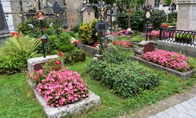 Der Alte Friedhof in Salzburg ist nicht umsonst Weltkulturerbe: Er zeigt eindrucksvoll individuelle Gräber, die liebevoll bepflanzt und gestaltet worden sind.  (Foto: Shutterstock-Miriam Maffeo )