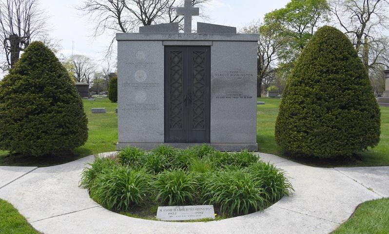Mayor Harold Washington liegt hier auf dem Friedhof von Chicago begraben und hat ein großes Ehrendenkmal bekommen. (Foto: Shutterstock- ChicagoPhotographer  )