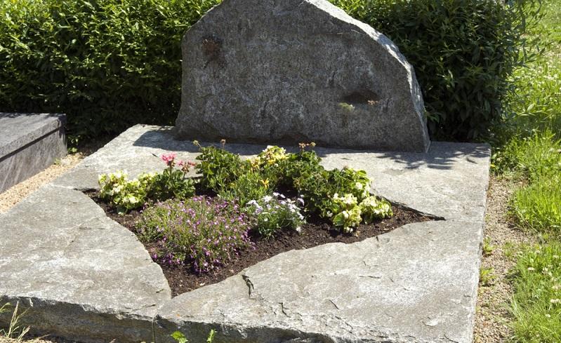 Derart gestaltete Gräber verlangen nur wenig Pflege. ( Foto: Shutterstock- Manfred Ruckszio)