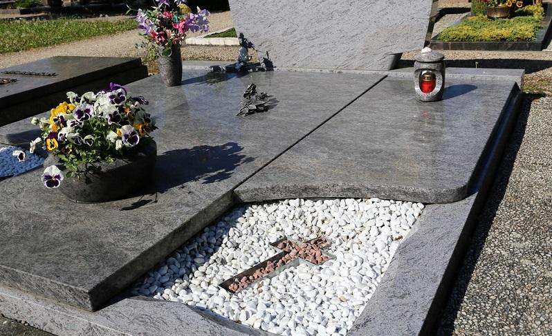 Diese Grabstelle wirkt vergleichsweise nüchtern und zeigt sich recht kühl. (Foto: Shutterstock-Palatinate Stock )