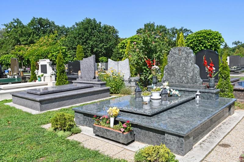 Bei diesen Gräbern ist keine Bepflanzung im herkömmlichen Sinne möglich, sie sind alle mit Grabplatten aus poliertem Granit versehen. (Foto: Shutterstock-_Laszlo66 )