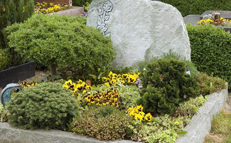 Dieses Urnengrab ist liebevoll und persönlich gestaltet worden. Es zeugt von der tiefen Trauer und Verbundenheit zu dem oder der Verstorbenen. (Foto: Shutterstock-Manfred Ruckszio )