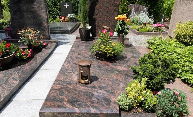 Die rotgraue Granitplatte wurde auf Hochglanz poliert und erweist sich dadurch als sehr unempfindlich gegenüber Witterungseinflüssen. ( Foto: Shutterstock- Palatinate Stock)