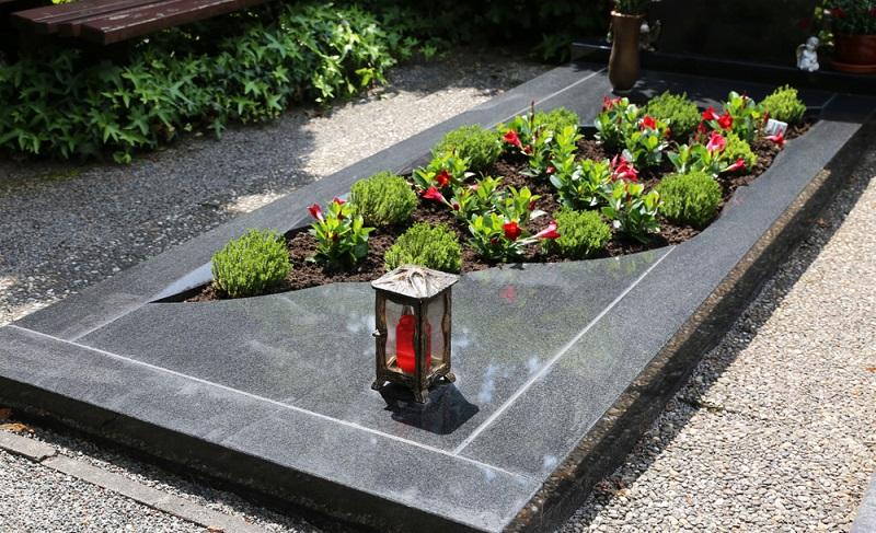 Diese Grabplatte wurde in sanften Bögen ausgeschnitten und zeigt sich damit sehr individuell und exklusiv. (Foto: Shutterstock-Palatinate Stock )