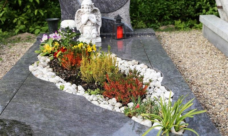 Die graue Granitplatte wurde wellenförmig ausgeschnitten, damit hier eine individuelle Bepflanzung möglich sein soll. (Foto: Shutterstock- Palatinate Stock )