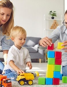 Spiele für drinnen: 71 spannende Ideen für 2 Personen, für Kinder, für alle - wenn es im Garten regnet oder einfach so. (Foto: Shutterstock- Studio Romantic)
