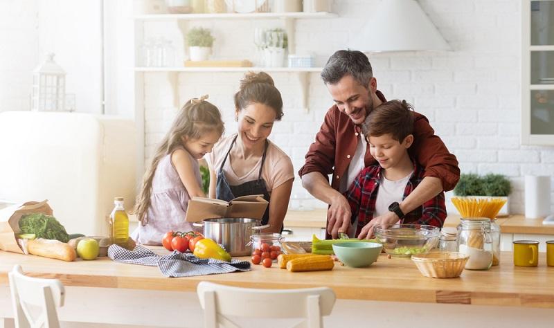Gemeinsam kochen oder backen ein Spaß für Groß und Klein ( Foto: Shutterstock-  popcorner)