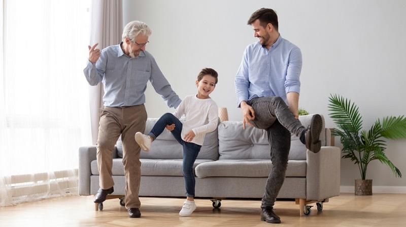 Sport kann man prima auch im Wohnzimmer treiben, das Alter spielt dabei keine Rolle. ( Foto: Shutterstock-fizkes)