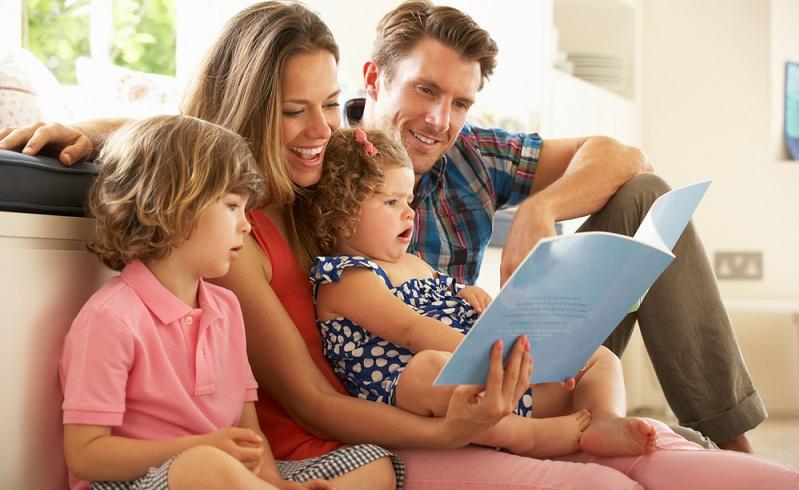Zusammenkuscheln und gemeinsam in die Traumwelt der Märchen abdriften, ein Erlebnis für die ganze Familie. ( Foto: Shutterstock- Monkey Business Images  )