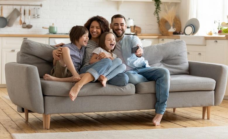 Gemeinsam kuscheln und einfach nur abhängen tut der Familie auch gut. ( Foto: Shutterstock-fizkes)