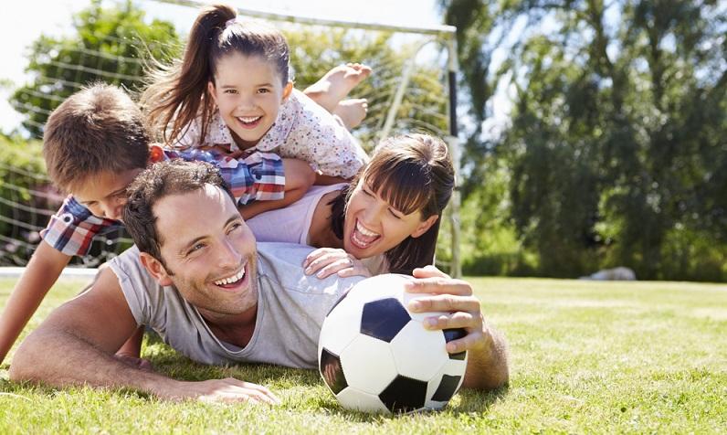 Ballspiele Papa und Kinder ist im der Hit und machen immer Freude ( Foto: Shutterstock-Monkey Business Images)